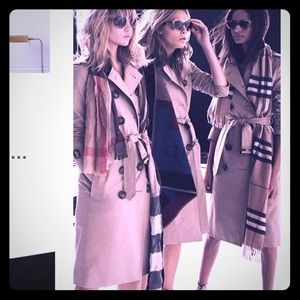 GET IT RIGHT NOW FOR ONLY $300!VTG BURBERRY TRENCH